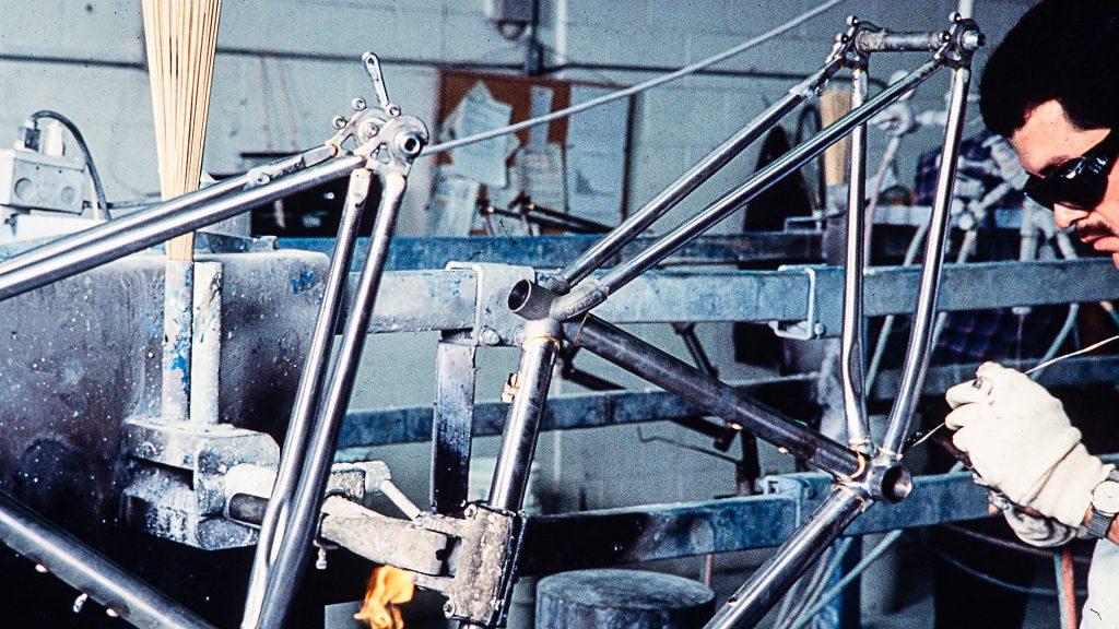 Fachmann mit Schutzbrille bei der Produktion eines Trek-Fahrrades