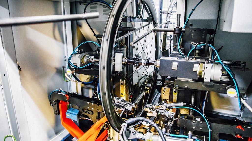 Moderne Werkstätte des Fahrradproduzenten Trek in der ein Fahrradreifen hergestellt wird
